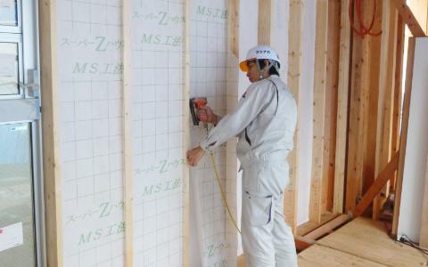 戸建住宅等の建築現場で断熱材の施工